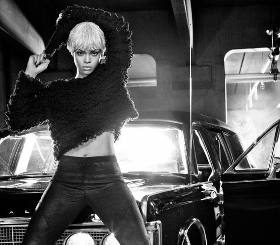 A merész fotósorozat képei között azért akad néhány, melyen nem sokat mutat magából Rihanna.