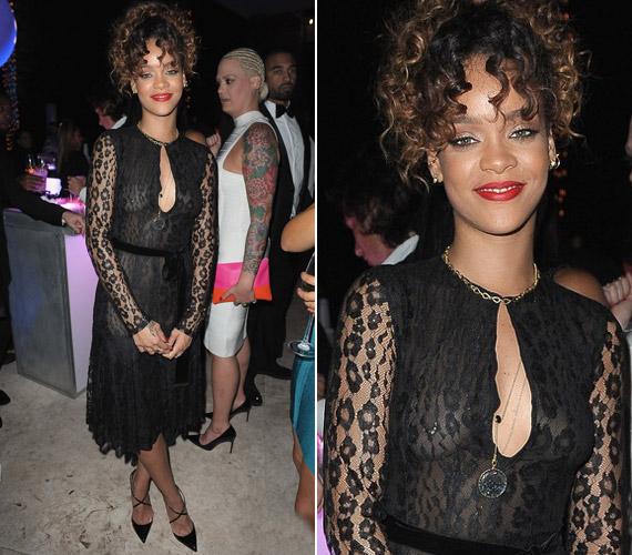 Rihanna mosolyogva pózolt a fotósoknak kihívó csipkeruhájában.