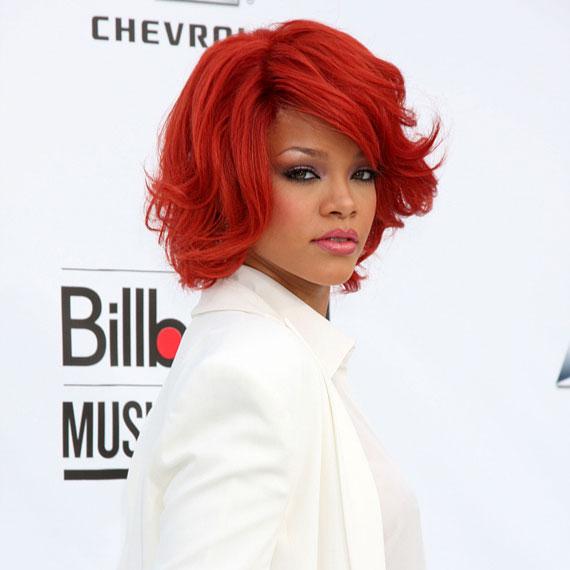 Vörös színű frizuráját csak még inkább kihangsúlyozta ruhája.
