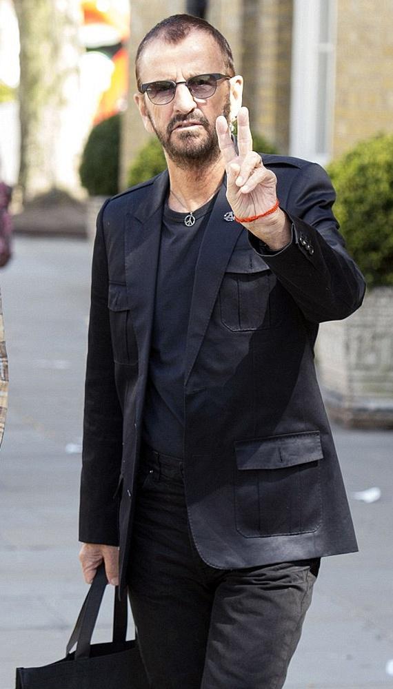 Habár idén lesz 76 éves a legendás dobos, 20 évet biztosan letagadhat. Ringo Starr még mindig jóképű és stílusos.