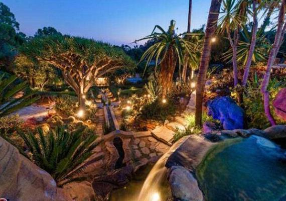 Kicsit giccses a színes fényekkel megvilágított udvar a lépcsőzetes teraszokkal és a szökőkutakkal.