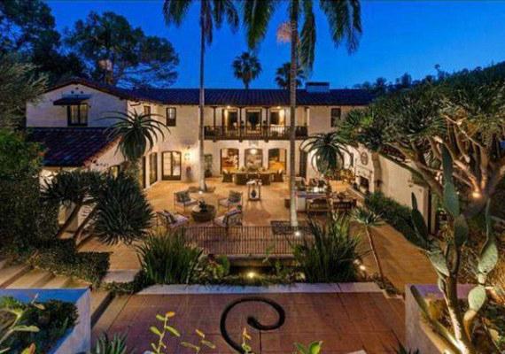 A spanyol stílusú hacienda belső udvarral is büszkélkedhet, amelyet pálmafák környékeznek.
