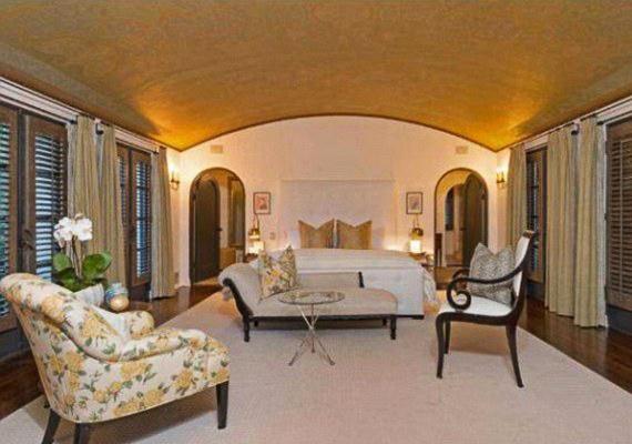 A villában öt hálószoba és ugyanennyi fürdőszoba található.