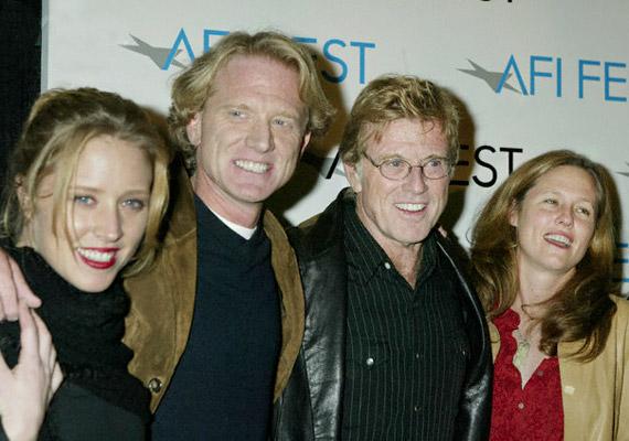 Egy évekkel ezelőtti családi fotón a fantasztikus négyes: Amy, James és Shauna, gyermekeinek gyűrűjében pedig a büszke apuka - Robert Redford.