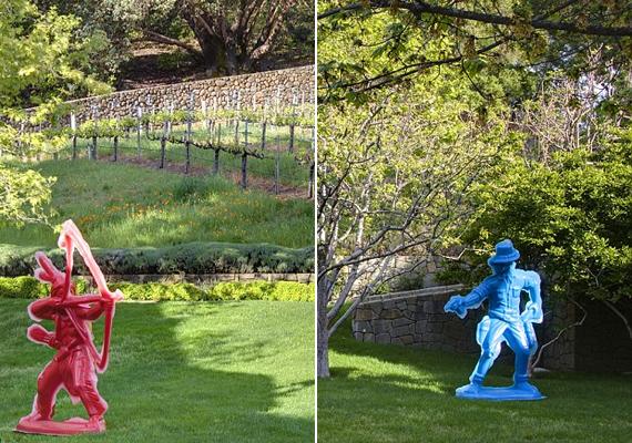Csak úgy süt a kertről a színész bohókás stílusa: a két végében található egy-egy életnagyságú, műanyagból készült indián- és cowboyfigura.