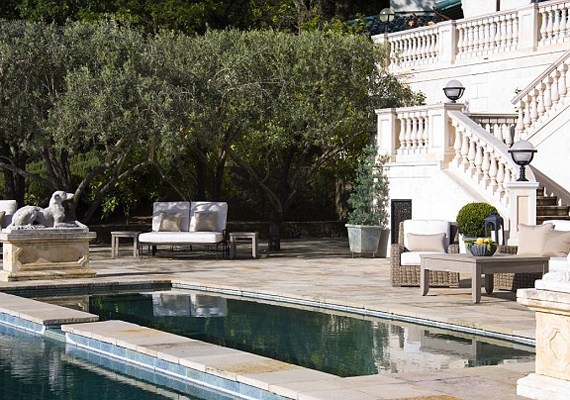 A ház hátsó kertjében kapott helyet egy 20 méter hosszú, fűthető medence, és természetesen számos jakuzzi is.