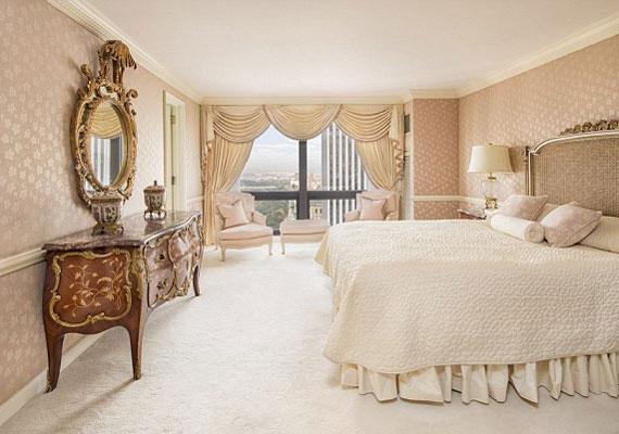 Az antik bútorok minden szobában megtalálhatóak. A három hálószoba közül ez a legnagyobb és legvilágosabb.