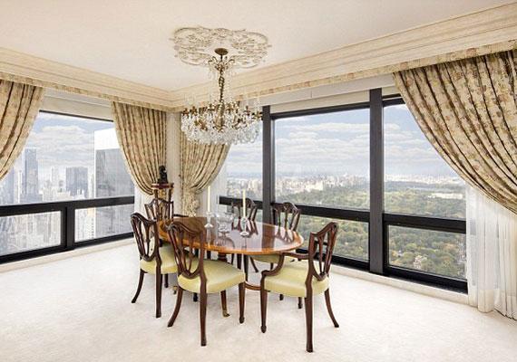 A 63. emeleti lakásból lenyűgöző kilátás nyílik a városra és a Central Parkra. Az esti fényeket mi is szívesen megcsodálnánk.