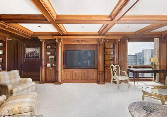 A lakás, amely egy tágas, faburkolatú nappalival, három hálószobával és három fürdőszobával rendelkezik, Manhattan legpatinásabb helyén található. Korábban Bruce Willis is ezen a környéken vett magának ingatlant.