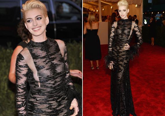2013-ban sokkolta a Met-gálán részt vevőket Anne Hathaway ebben a Valentino-ruhában. Természetesen ő sem maradt ki a villantó sztárok sorából.