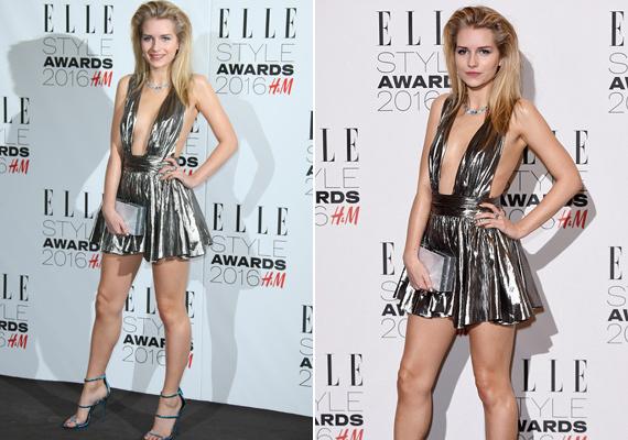Nem esett messze az alma a fájától! Úgy tűnik, hogy Kate Moss féltestvére, Lottie Moss ugyanolyan merész, mint nővére, sokat mutatott magából ebben az arany ruhában.