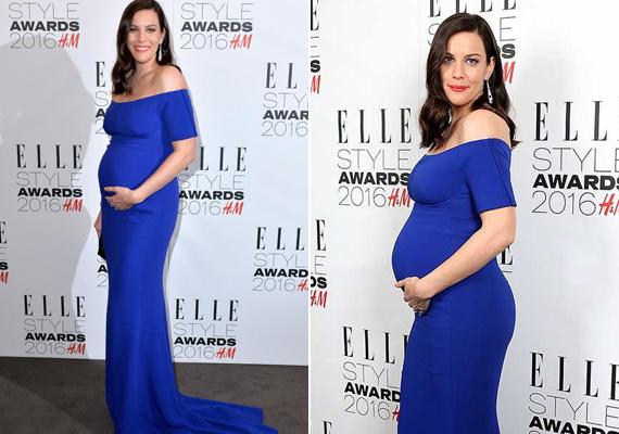 Liv Tyler megvillantotta hatalmas babapocakját is a gálán. Csodálatosan festett ebben a királykék estélyi ruhában.