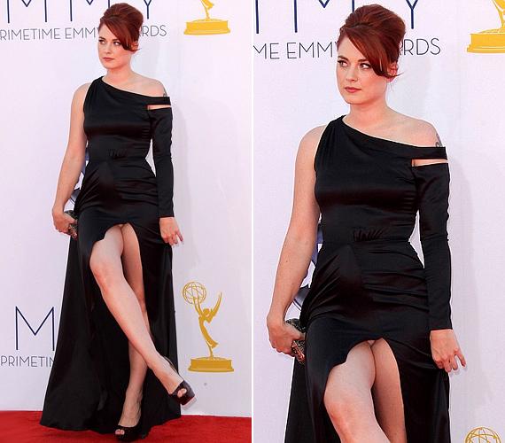 Alexandra Breckenridge színésznő az Emmy-gálán mutatta meg, mi lapul a szoknyája alatt.