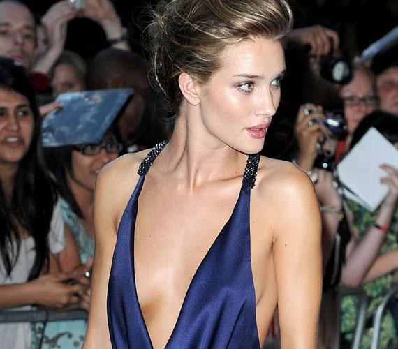 Rosie Huntington-Whiteley 2006-ban lett a Victoria's Secret angyala, és a cég Los Angeles-i divatbemutatóján lépett először a kifutóra.