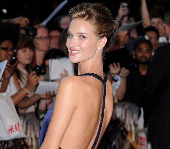 A dögös bombázó elbűvölően festett királykék estélyijében, nem véletlenül választották meg az FHM olvasói 2011 legszexisebb nőjének.