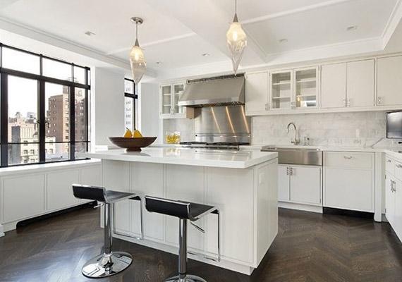 A konyhában borhűtő, mosogatógép is van természetesen.
