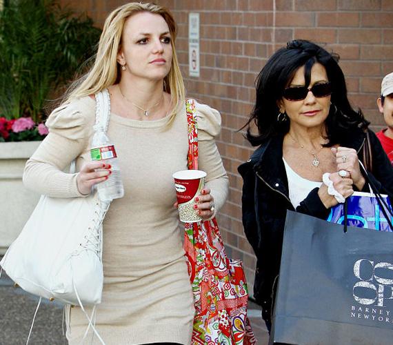 Nem csoda, ha Britney Spears megküzdött azért, hogy jó anya lehessen, hiszen nem igazán látott maga előtt követendő példát. Lynne Spears a lányát - akarata ellenére - küldte elvonóra, ezt követően Britney nem beszélt vele egy ideig. Majd megírt egy szülősegítő tanácsadó könyvet, hogyan lehet valaki egy sztár édesanyja, amiben természetesen a popénekesnő életének részleteiről is árulkodott - ebből derült ki például, hogy Britney 14 évesen vesztette el a szüzességét. Érthető, ha ez a könyv sem hozta egymáshoz közelebb anyát és lányát, de az utóbbi időben mintha enyhült volna a feszültség kettejük között.