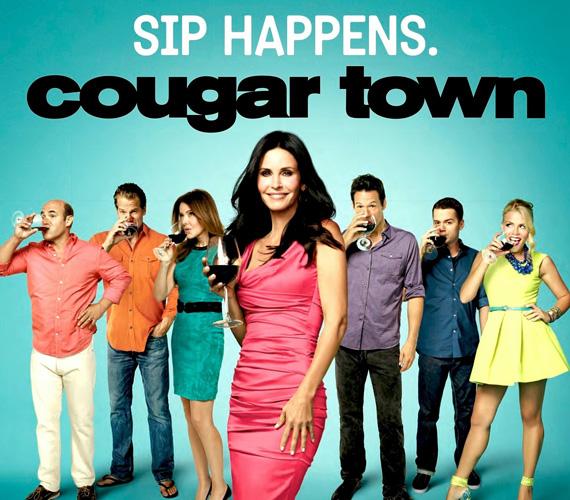Eredeti cím: Cougar Town (Pumák városa), műfaj: vígjáték. A negyvenes évei elején járó, frissen elvált nő kertvárosi történetével valószínűleg a Született feleségek rajongóit szerették volna megnyerni a sorozathoz, ezért kapta az elég furán hangzó Született szinglik címet, ahelyett, hogy tovább gondolkodtak volna azon, miként lehetne a cougar - szó szerint puma, átvitt értelemben dögös negyvenes nő - kifejezést jobban belevinni a címbe.