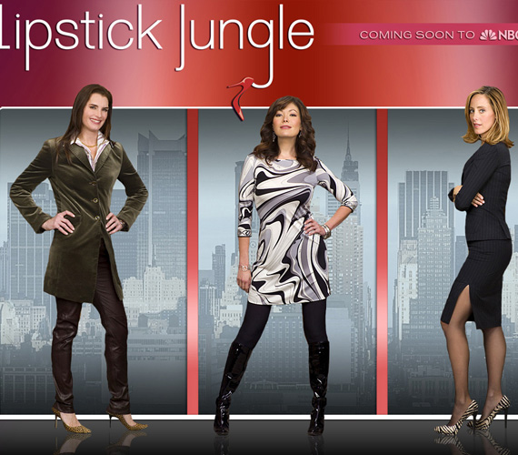 Eredeti cím: Lipstick Jungle (Rúzs-dzsungel), műfaj: vígjáték. A Szex és New York sikere után a New Yorkban játszódó sorozatok manapság veszélyben vannak címügyileg, hát még, ha szinglikről szólnak! Így nem is kaphatott más címet ez a széria, mint azt, hogy Rúzs és New York.