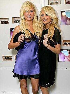 Paris és barátnője Nicole, fehérneműhöz hasonló öltözetben