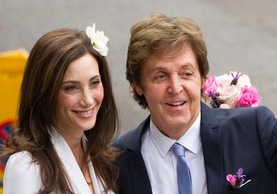 A Beatles egykori tagja, Paul McCartney két házasság után úgy tűnik, révbe ért. 2011-ben házasodott össze 17 évvel fiatalabb barátnőjével, Nancyvel.