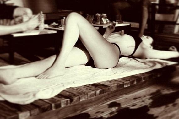 Egy medence partján biztosan könnyebb elviselni a kánikulát: a színésznő ezzel a bikinis fotóval mutatta meg rajongóinak, hol napfürdőzik éppen.