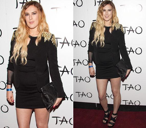 Egy nappal később ugyancsak Las Vegasban, de ezúttal a Tao nightclubban több textilt viselt és jobban odafigyelt az összhatásra, bár ombre haja ekkor is kissé ápolatlan hatást keltett - mintha Rumer túl sok időt töltött volna a medencében és annak partján.