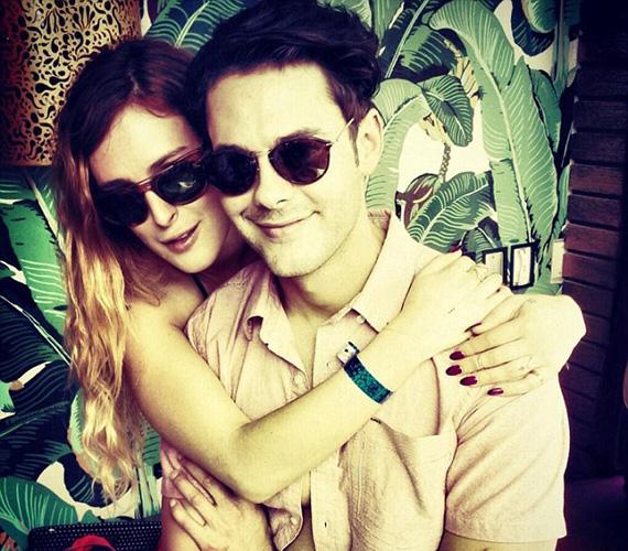 A US Weekly 2012 augusztusában hozta le azokat a fotókat, amelyek egyértelműen bizonyították, hogy a sztárcsemete és a fiatal színész egy pár. Ezt követően már a nyilvánosság előtt sem titkolták szerelmüket. Ezt a fotót például a Twitterre tették fel.