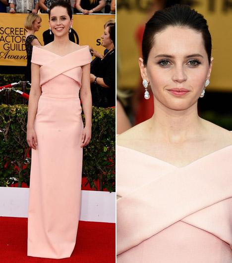 Felicity Jones                         A mindenség elmélete filmben nyújtott alakításáért Oscar-díjra jelölt színésznő egy barack Balenciaga ruhában kápráztatta el a közönséget a SAG-on.