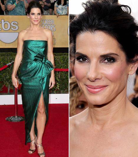 Sandra Bullock  A színésznőt választották a SAG-gála legjobban öltözött hírességének zöld Lanvin ruhája miatt. Kapcsolódó cikk: Sokkot kapott! Sandra Bullock nem tért magához a bejegyzéstől