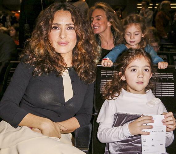 A kislány átszellemülten figyelte az előadást.