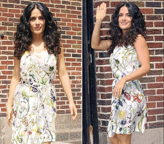 A virágmintás nyári viselet nagyon jól áll bronzos bőréhez és dús sötét hajához.
