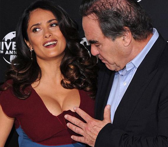 Bár az Oscar-díjas rendező már 1997 óta házas, úgy tűnik, teljesen levette a lábáról Salma Hayek bája.