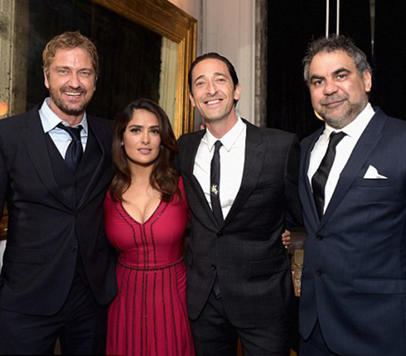 Együtt pózolt a bemutató után Gerard Butler, Salma Hayek, Adrien Brody és a film rendezője, Wayne Blair. A színésznő ezen a fotón is ragyogóan fest.