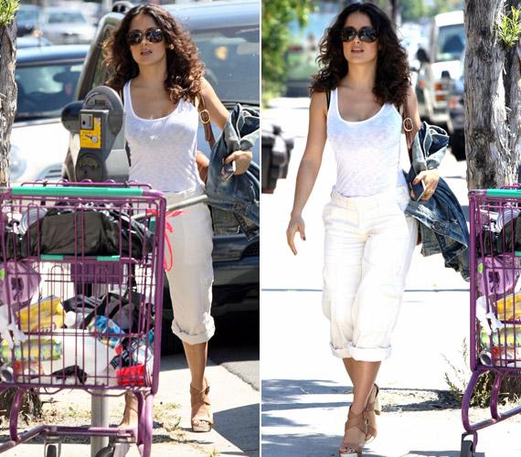 De otthoni öltözetben sem kevésbé dögös, augusztusban például ebben az egyszerű összeállításban kapták lencsevégre Hollywood utcáin.
