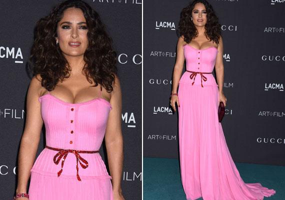 A 49 éves színésznő egy filmgálán vett részt ebben a babarózsaszín, a dekoltázst kiemelő ruhában. Férje, François-Henri Pinault büszke lehet a színésznőre, akivel 2009-ben házasodtak össze.