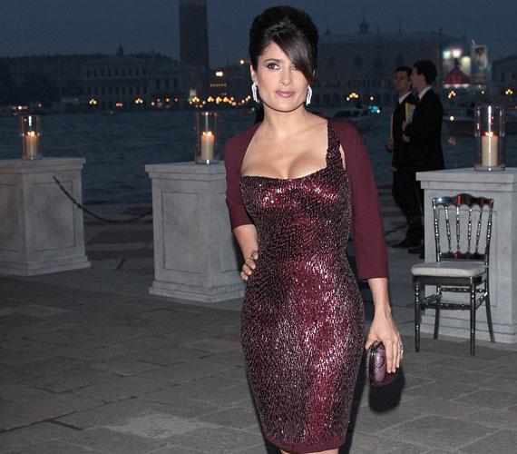 Salma Hayek 44 évesen gyönyörűbb, mint valaha, Gucci ruhájában pedig szemkápráztatóan jól nézett ki.