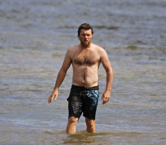 Sam Worthingtonnak nem kellett takargatnia magát, ezzel a felsőtesttel minden bizonnyal ő volt a strand ura.