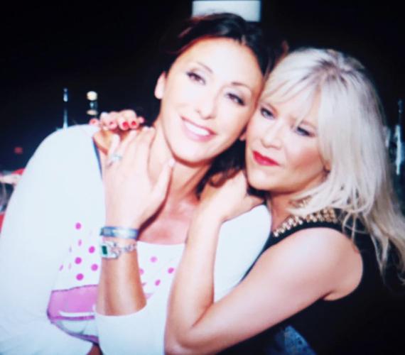 Ibizán készült ez a kép a két énekesnőről alig egy hete, miután együtt adtak koncertet. Látszik, mekkora az összhang közöttük.
