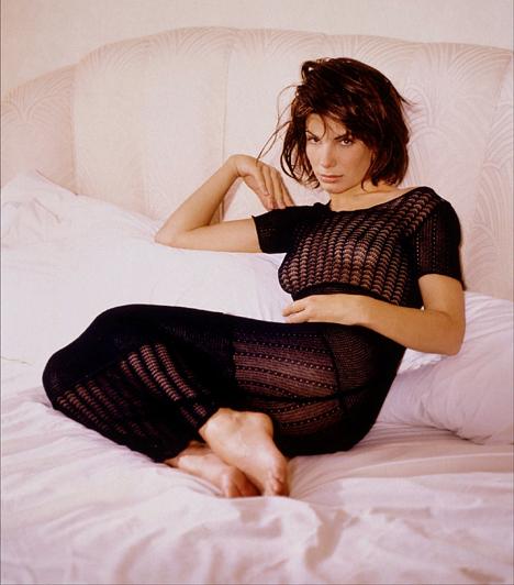 Merész fotók  Mint minden mozis jókislány, Bullock is igyekezett bizonyítani a világnak, hogy nem olyan ártatlan, ahogy az a filmekben tűnik. Ekkor több pikáns fotó is készült róla - természetesen azért a jó ízlés határán belül.  Kapcsolódó cikk: Sandra Bullock talpig selyemben ment a premierre »
