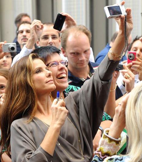 Világszerte népszerűA szépséges színésznőt rengetegen kedvelik az egész világon. A Nász-ajánlat promóciós körútján a németországi Düsseldorfban éppúgy körbevették a sztárt, mint a világ más részein, amit ő higgadtan tűrt.