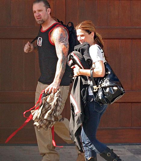 Férjhez ment  A romantikának azonban nem mondott búcsút, negyvenévesen ugyanis hozzáment a brutális külsejű, tetovált Jesse James motorbolondhoz. Végül 2010-ben elváltak, miután kiderült: a férfi többször is megcsalta a színésznőt.  Kapcsolódó cikk: Nincs vége a perpatvarnak! Sandra Bullockról mindent kitálal exférje »