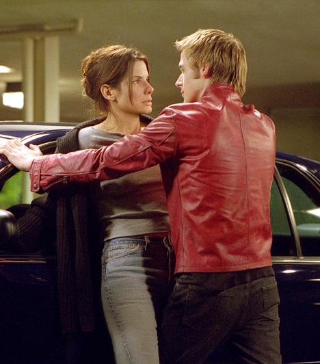 Ryan GoslinggalÁltalában bájosan csetlő-botló karakterek bőrében aratja a legnagyobb sikereket. Bullock azonban olykor igyekszik kitörni a skatulyából. A 2002-es Kísérleti gyilkosságban például egy magának való nyomozót alakított. És, ahogy már korábban, ismét beleszeretett kollégájába, aki ezúttal a nála 16 évvel ifjabb Ryan Gosling volt.