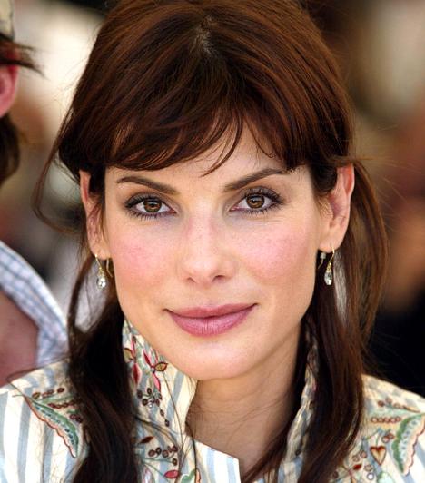Jótékony színésznőA szépséges színésznő sokat jótékonykodik: két alkalommal is egy-egymillió dollárt ajánlott fel az Amerikai Vöröskereszt által létrehozott segélyező alapítványoknak.