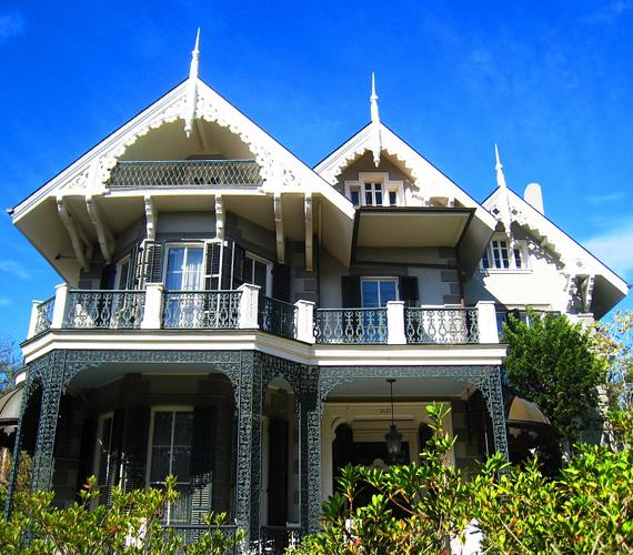 A közel 7000 négyzetméteres, öt hálószobás és öt fürdőszobás, hatalmas ház viktoriánus stílusban épült, kovácsoltvas díszeivel úgy fest, mint egy bájos babaház.