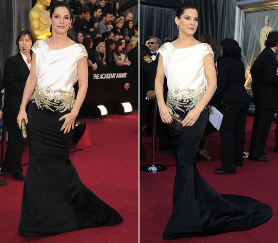 Sandra Bullock az Oscar-gálára egy fekete-fehér, uszályos Marchesa kreációban érkezett. A ruhát az övszerű, kristályokkal díszített aranyhímzés tette különlegessé, amely a vállrészen is visszaköszönt.