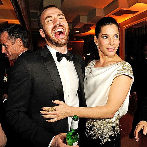 A 30 éves férfi pedig Chris Evans, aki a Fantasztikus négyesben is játszott. A Vanity Fair-partin egész este a színésznő körül legyeskedett, és jókat bolondoztak.