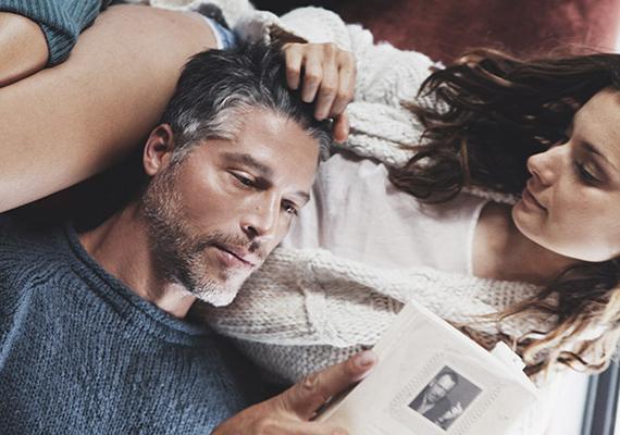 El is tudjuk képzelni, hogy Sandra és Bryan így töltik a reggeleket. Kényelmesen, összekuporodva a kanapén, egymás ölében.