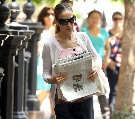 A két csöppséget egy-egy dadus vitte, míg Sarah Jessica inkább az újságokat ölelgette lányai helyett. Úgy tűnik, nem szakad bele az anyaságba.
