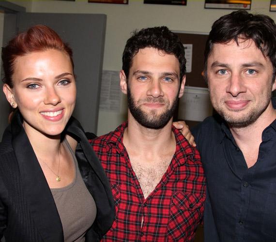 Az All New People című off-Broadway-darab bemutatója után kollégáival, Justin Barthával és Zach Braffal pózolt, ahol Johansson nézőként volt jelen.